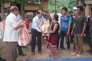 Tặng quà cán bộ, nhân dân bản biên giới Kỳ Ne, Lào