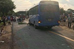 Ngã xuống đường sau va chạm xe máy, 2 người bị xe khách cán tử vong