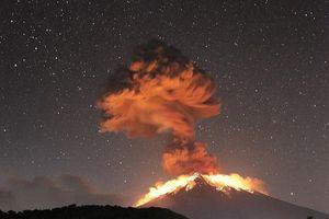 Cận cảnh núi lửa Agung phun trào ở Indonesia