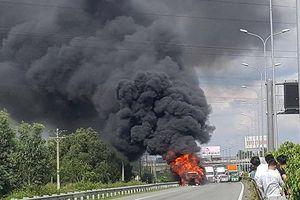 Xe container bốc cháy dữ dội trên cao tốc Long Thành