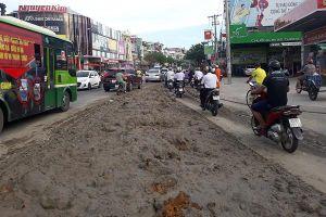 TP.HCM: Truy tìm xe ben đổ gần tấn đất bùn xuống đường khiến nhiều người bị té ngã
