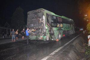 Hà Tĩnh: Xe ô tô khách giường nằm bất ngờ bị bốc cháy giữa đường