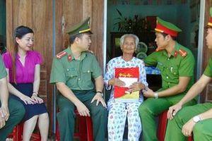 Đoàn Thanh niên Cục Truyền thông CAND thăm các gia đình chính sách, khó khăn tại tỉnh Quảng Nam