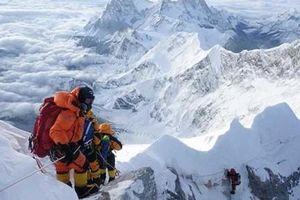 Số người chết vì 'tắc đường' trên đỉnh Everest lên đến 10