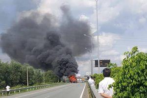 Clip: Xe container cháy rụi trên cao tốc Long Thành
