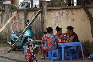 Hoảng hồn với cảnh người dân vô tư ngồi ăn uống bên bức tường sắp đổ