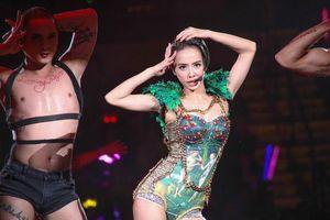 Diva Đài Loan bị chiếu laser vào mắt trong lúc biểu diễn