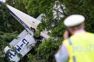 Máy bay nằm 'phơi bụng' trên cây, phi công và vợ thoát chết kỳ diệu