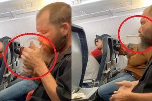 Gã đàn ông coi thường mạng người, châm lửa hút thuốc trên máy bay