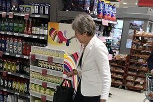Sau tuyên bố từ chức, thủ tướng Anh thoải mái đi siêu thị cùng chồng