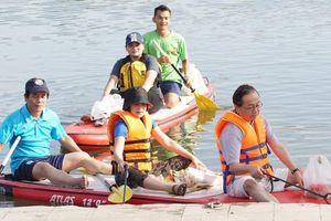 Lãnh đạo Văn phòng JICA Nhật Bản tại Việt Nam đi vớt rác trên sông