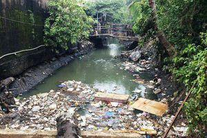 Dân xả rác bịt cống tắc kênh, TP.HCM bao giờ mới hết ngập?
