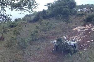 Kon Tum: Xe tải chở gỗ bị lật trên đèo Măng Rơi