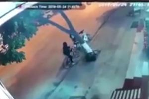 Clip xe 7 chỗ hất tung hai nữ sinh đỗ xe bên đường