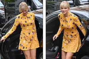 Taylor Swift khoe eo thon chân dài, đẹp quyến rũ với đầm vàng rực rỡ
