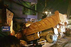 Xe ben tông sập nhà ở cầu Chánh Hưng, nhiều người thoát chết