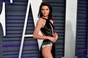 10 bộ đầm sexy khiến Kendall Jenner bị chỉ trích khoe thân