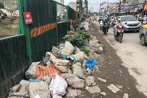 Hà Nội: Rác thải ngập tràn đường Trường Chinh