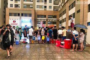 Bất ngờ bị cắt nước, cư dân khu đô thị xếp hàng lấy nước PCCC