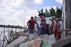 Sạt lở khiến tám căn nhà sụp xuống sông