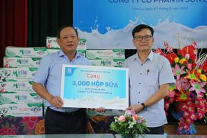 NXB Giáo dục VIệt Nam tặng quà động viên các công nhân in ấn SGK
