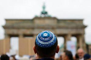 Israel bức xúc vì quan chức Đức kêu gọi người Do Thái tránh đội mũ truyền thống