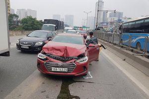 Hà Nội: Vành đai 3 ùn tắc hàng km do ô tô con đâm vào xe tải