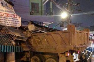 TP. HCM: Xe tải lao dốc đâm thẳng vào nhà dân trong đêm