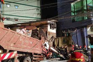 Xe ben tông sập nhà dân, nhiều người thoát chết ở Sài Gòn
