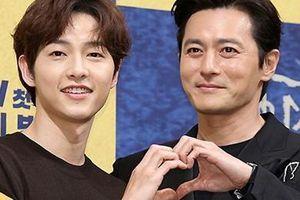 Song Joong Ki liên tục khoác vai, bắn tim cùng Jang Dong Gun