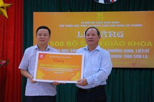 Trao tặng SGK cho học sinh vùng khó tỉnh Sơn La