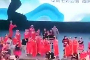 Trung Quốc: Đứng tim trước khoảnh khắc sập sân khấu đang có hơn 100 trẻ em biểu diễn