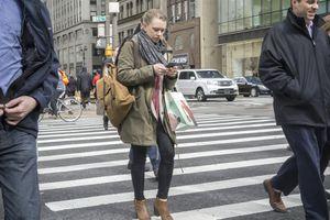 New York muốn cấm dùng điện thoại khi đi bộ