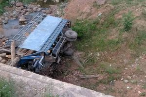Hà Tĩnh lật xe tải chở củi, 2 người tử vong