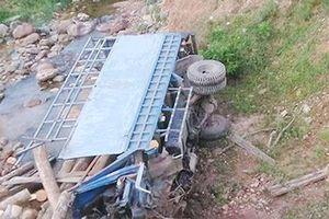 Lật xe tải xuống suối, hai người trên xe tử vong