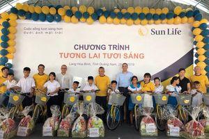 Sun Life Việt Nam tặng quà cho trẻ em Làng Hòa Bình, Quảng Nam