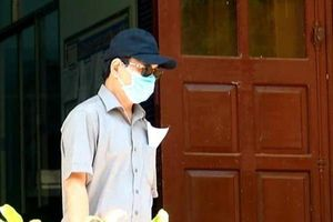 Ông Nguyễn Hữu Linh che mặt khi đến tòa