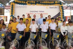 Sun Life Việt Nam trao tặng quà và xe đạp tại Làng Hòa Bình