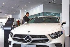 Cô gái gây náo loạn đại lý ôtô vì bị lừa mua Mercedes lỗi động cơ