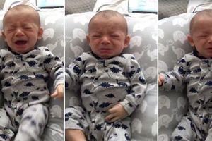 Phán ứng đáng yêu của cậu bé đang khóc ngằn ngặt thì thấy áo cũ của mẹ