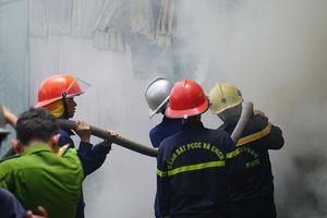Nhà xưởng 500 m2 cháy dữ dội, 100 cảnh sát được huy động