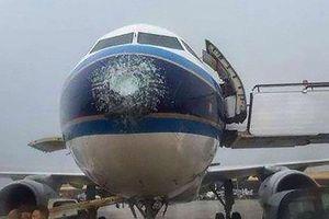 Mưa đá đập vỡ kính, máy bay Airbus hạ cánh khẩn cấp