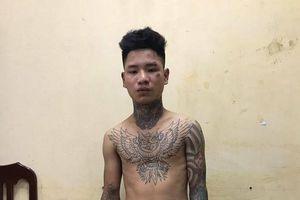 Thanh niên xăm trổ tông gục chiến sĩ cảnh sát giao thông