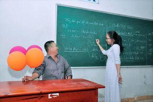 Xúc động bộ ảnh nữ sinh Đồng Nai cùng người cha bán cá viên chiên dự lễ bế giảng