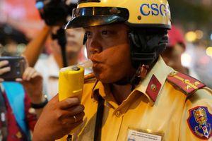 Dân nhậu Sài Gòn 'quậy tưng' đường phố: Nói bị ép uống, bắt CSGT thổi nồng độ