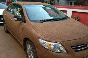Người phụ nữ Ấn Độ dùng phân bò phủ lên ôtô để chống nóng
