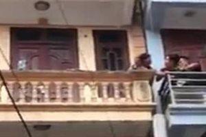 Giải cứu thành công người phụ nữ tưới xăng dọa tự thiêu ở Hà Nội