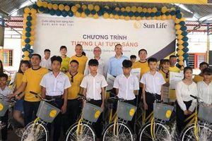 Sun Life Việt Nam trao tặng 28 xe đạp và 125 suất quà cho trẻ em tại Quảng Nam