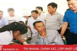 Khám sức khỏe, tặng quà cho công nhân Khu Kinh tế Vũng Áng