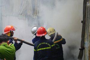Gần 100 cảnh sát 'vật lộn' với đám cháy lớn tại xưởng sản xuất nhang